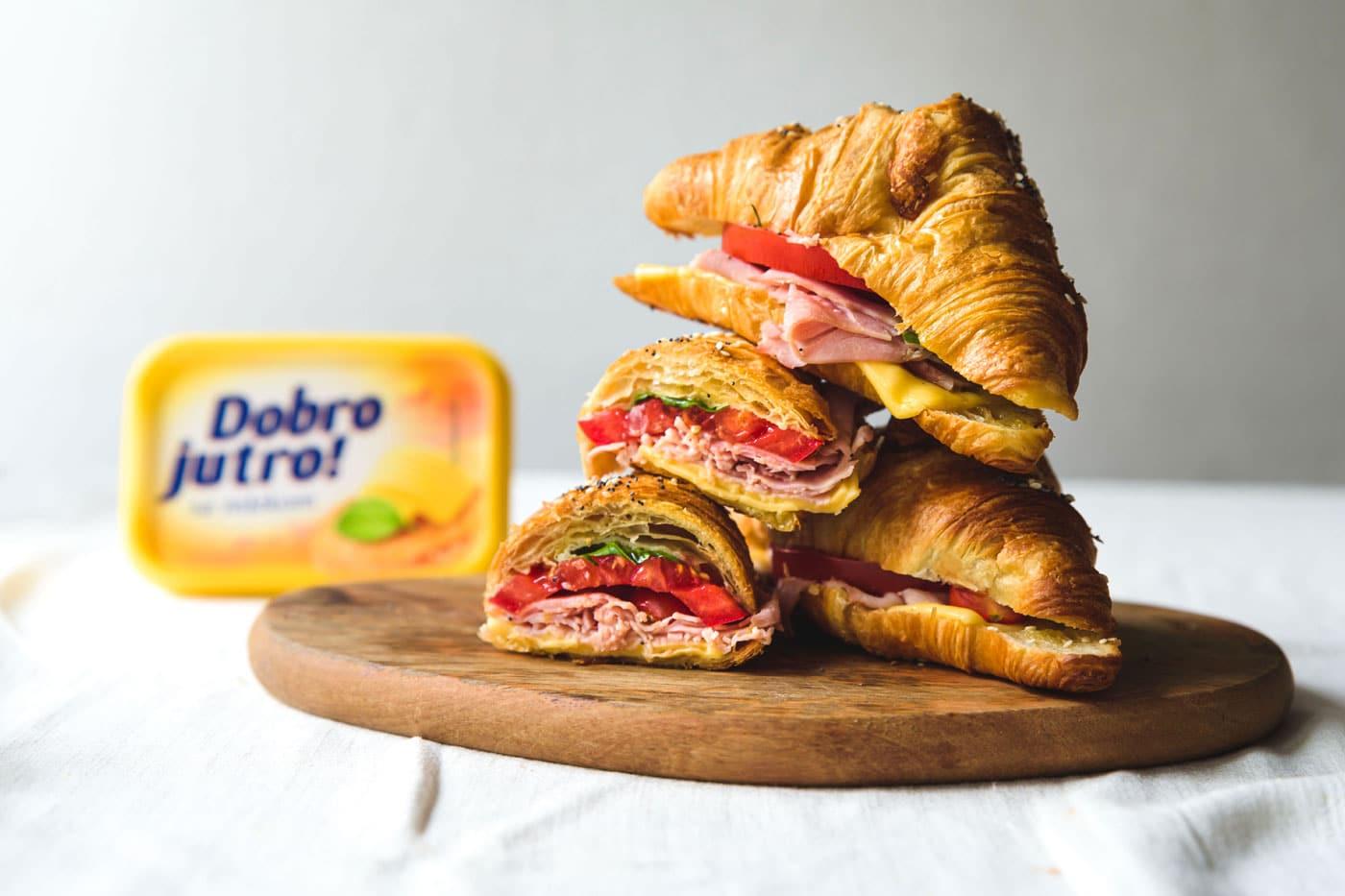 Topli kroasan sendvič